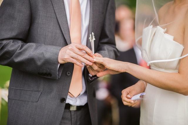 結婚式ムービーが間に合わないときは業者に依頼するのがよい